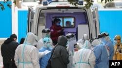 Медики в госпитале в Ухане, административном центре провинции Хубэй.