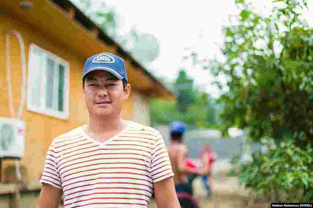 Местный житель Алексей рассказывает, что в ночь, когда сошел сель, он слышал шум воды. Он разбудил беременную жену и двоих детей. «Выйти через дверь мы уже не могли, пришлось лезть через окно», - рассказывает Алексей.