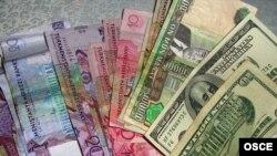 Türkmenistanyň milli puly manadyň täze we köne görnüşleri hem amerikan dollarlary