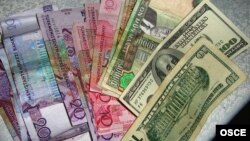 Türkmen manady we amerikan dollary.