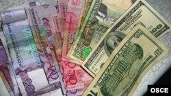 Türkmenistanyň manady we ABŞ dollary.