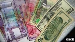 """Dollar """"gara bazarynda"""" dollaryň bahasy – soňky bäş ýylyň içinde ilkinji gezek – resmi kursdan göz-görtele ýokary galdy."""