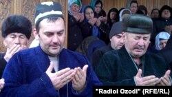 Ғайратҷон Воҳидов (нафари аввал аз тарафи чап)