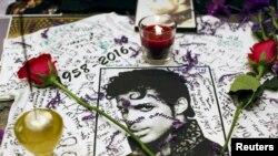 Fanovi odaju počast preminulom umjetniku, New York, 21. april 2016.