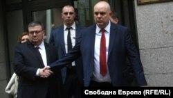 Сотир Цацаров поздравява своя наследник Иван Гешев след края на процедурата по избор във ВСС