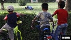 Uşaqlar Tehran parkında narkotik istifadəçisini izləyir - 2010-cu il