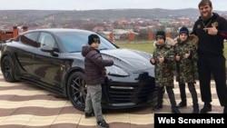 Абдул-Керим Эдилов с сыновьями Рамзана Кадырова и новым Porsche, который ему подарили дети главы ЧР