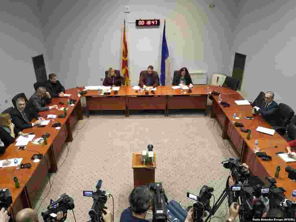 МАКЕДОНИЈА - Собраниската Комисија за мандатно-имунитетни прашања расправаше за одземање на имунитетот на пратеникот од ВМРО-ДПМНЕ Трајко Вељаноски, кој десет години беше претседател на Собранието, а претседаваше и со седницата која резултираше со крвавите настани на 27 април 2017 година. Пратеникот од владејачкото мнозинство Горан Мисовски на почетокот на седницата извади камен за кој тврди дека го чува од крвавите настани и дека со него бил гаѓан од демонстрантите. На седницата дојде до тензична атмосфера откако пратениците од ВМРО-ДПМНЕ почнаа да негодуваат за каменот, по што претседателот на комисијата Павле Богоевски даде пауза.