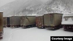 Ձմռանը Լարսի անցակետում կուտակված բեռնատարներ, արխիվ