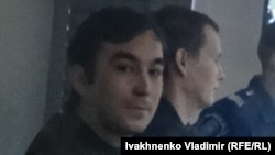 Предполагаемые российские военнослужащие Александр Александров (справа) и Евгений Ерофеев на суде по их делу. Киев, 7 декабря 2015 года.