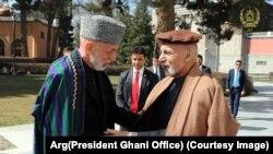 محمد اشرف غنی رئیس جمهور افغانستان حین دیدار با حامد کرزی رئیس جمهور پیشین این کشور.