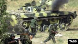 Таджикские солдаты участвуют в антитеррористических учениях. 18 октября 2002 года.