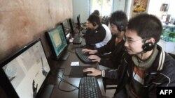 Молодые люди сидят за компьютерами. Иллюстративное фото.