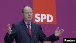 Предвыборная кампания Пеера Штайнбрюка складывается пока не очень удачно