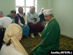 Алабайтал мәчете имам-хатыйбы Кәраматулла хәзрәт авылдашлары белән