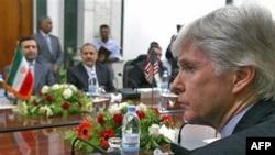 در دور اول اين مذاکرات که پس از نزديک به سه دهه به طور علنی در بغداد صورت گرفت، دو طرف «فقط درباره اوضاع عراق» با يکديگر گفت و گو کردند.