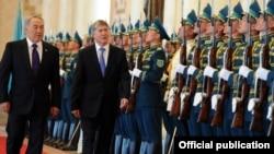 Қазақстан президенті Нұрсұлтан Назарбаев (оң жақта) пен Қырғызстан президенті Алмасбек Атамбаев (сол жақта). Астана, 10 мамыр 2012 жыл.