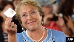 Новоизбранный президент Чили Мишель Бачелет голосует на избирательном участке в Сантьяго, 15 декабря 2013 года.