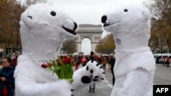 Активисты-экологи, одетые в костюмы белых полярных медведей. Париж, 12 декабря 2015 года. Иллюстративное фото.