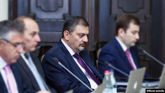 Հայաստան -- Ֆինանսների նախարար Վաչե Գաբրիելյանը (կենտրոնում) ներկայացնում է իրավիճակը պետական գնումների ոլորտում, Երեւան, 20-ը սեպտեմբերի, 2012թ․
