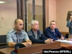 Роберт Мусин (посередине) на суде