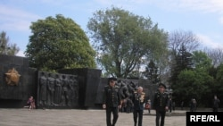 Ветераны Великой Отечественной войны у памятника павшим во Львове
