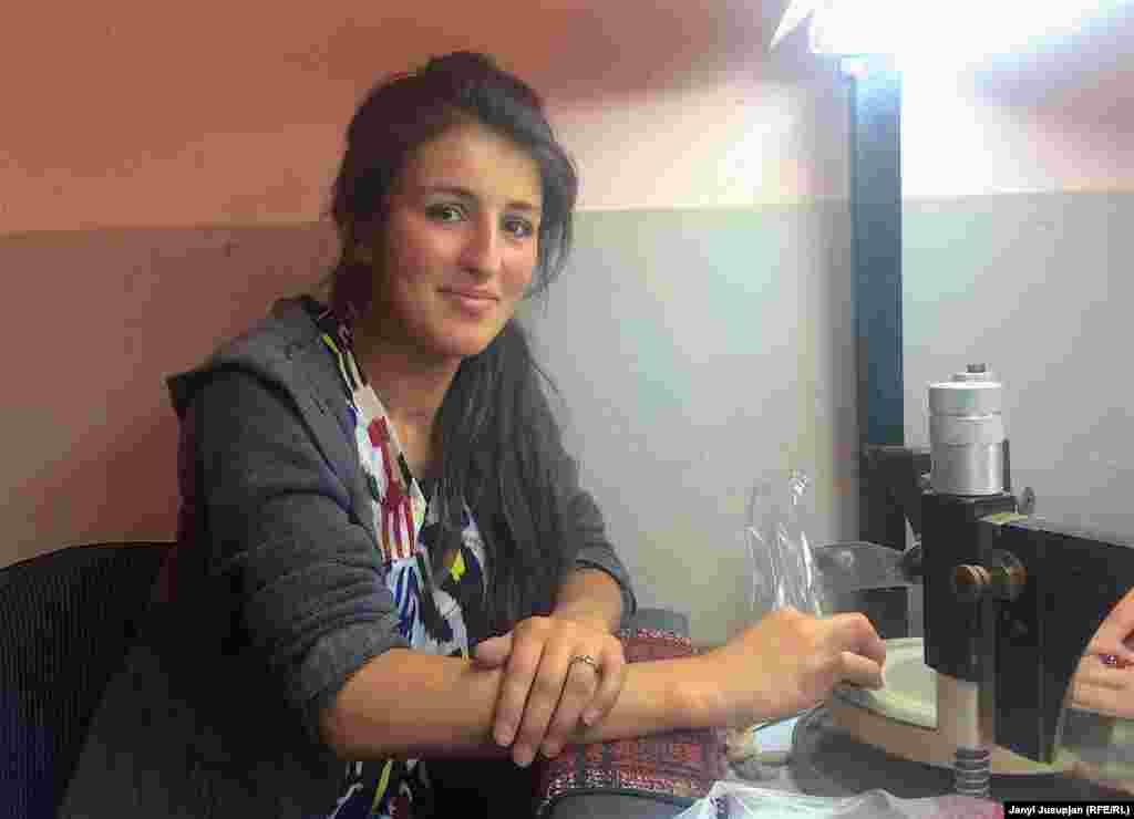 Девушка-ювелир за работой. Горный Бадахшан известен рубинами редкой красоты, но немало и полудрагоценных камней, с которым работают местные ювелиры. Бросается в глаза, что женщины Хорога отличаются образованностью и независимым характером.