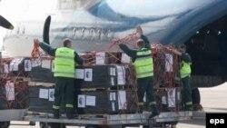 قرار است دومين محموله کمک های آمریکا توسط یک هواپيمای « سی -۱۷» دیگر روز پنجشنبه وارد فرودگاه تفلیس شود. (عکس از EPA)
