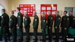 Призывники на сборном пункте в военкомате Омской области