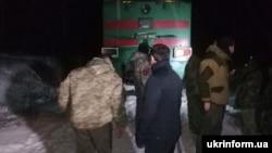 Учасники торгової блокади окупованих територій Донбасу, що називають себе ветеранами АТО, на залізничній колії під час перекриття залізничної гілки Луганськ – Попасна, Луганська область, 25 січня 2017 року