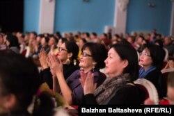 Абай үйін ашу құрметіне қойылған концерт көрермендері. Алматы, 24 қараша 2015 жыл