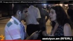 Арсине Ханджян дает интервью корреспонденту Радио Азатутюн во время акции протеста на проспекте Баграмяна в Ереване, 29 июня 2015 г.