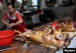Убитые собаки на «мокром рынке» в городе Юйлинь в китайской провинции Гуанси.