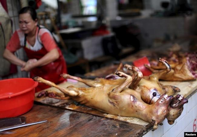 """Убитые собаки на """"мокром рынке"""" в городе Юйлинь в китайской провинции Гуанси"""