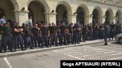 Полицейский кордон у горийской мэрии