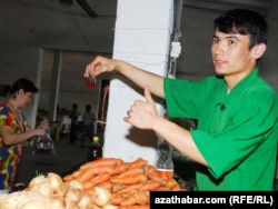 Lebaply diňleýjimiziň pikiriçe, bahalar bilen bagly dünýä faktorlary aslyýetinde Türkmenistanda azyk önümlerine onçakly täsir ýetirmeli däl.