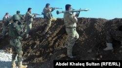 """Бойцы """"пешмерги"""", курдских военных отрядов, сражаются с боевиками ИГ в окрестностях Мосула."""