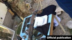 Вещи, обнаруженные у предполагаемых террористов. Фото пресс-центра ГКНБ КР.