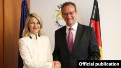 Ministrja e Integrimit Evropian në Qeverinë e Kosovës, Dhurata Hoxha dhe kryetar i Komisionit të Bundestagut për çështjet e BE-së, Gunther Krichbaum.