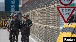 Квітень 2013 року: північнокорейські солдати патрулюють в'їзди до промислового парку Кесон