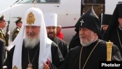 Католикос всех армян Гарегин II встречает патриарха Кирилла в Ереване,16 марта 2010 года