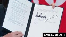 Вскоре после подписания фотографию документа опубликовало агентство AFP
