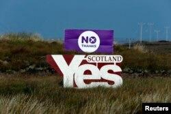 """Мнения шотландцев разделились. """"Битва"""" двух плакатов, призывающих голосовать за или против независимости"""