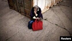Žena čeka na hranu ispred Narodne kuhinje u Mostaru