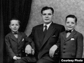 Аляксей Міклашэвіч з сынамі Робэртам і Рычардам. Лёндан, 1958 г.