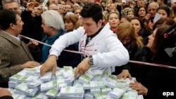 Сторонники оппозиции раздают прохожим фальшивые деньги, символизирующие коррупционный скандал в Турции. Стамбул, 26 февраля 2014 года.