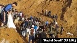 Көшкін болған жерде құтқару жұмыстарын атқарып жүрген адамдар. Файзобод ауданы, Тәжікстан, 4 сәуір 2015 жыл.