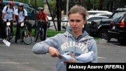 Раздача конвертов с первым заданием. Алматы, 13 сентября 2015 года.