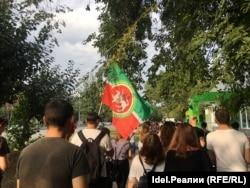 Батырхан Агзамов несет в руках флаг Татарстана