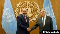Премьер-министр Армении Никол Пашинян (слева) и генеральный секретарь ООН Антониу Гутерриш